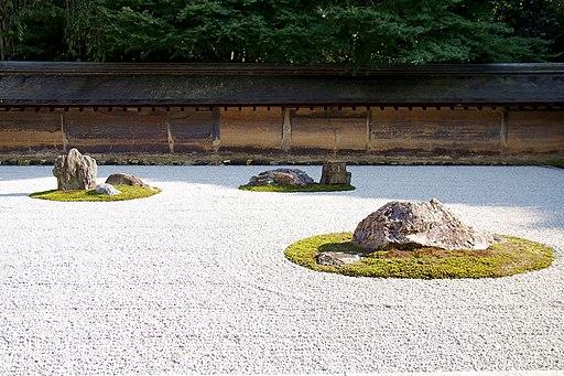 龍安寺の石庭(世界遺産)を囲む土塀